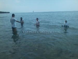 Kharisma Abadi membimbing sejumlah klien yang melakukan meditasi di dalam air laut (underwater meditation) di Pantai Pasir Putih, Situbondo, Jawa Timur.